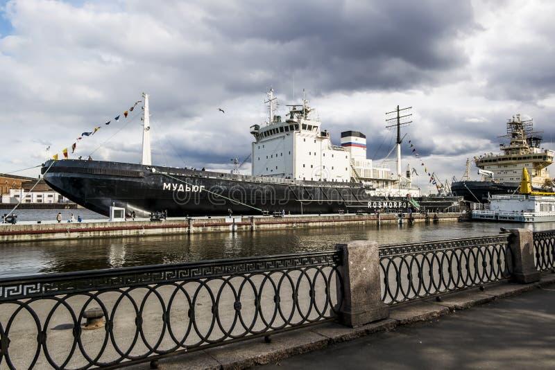 Lodołamacz Mudyug cumował Lieutenant Schmidt bulwar w świętym Petersburg zdjęcie stock