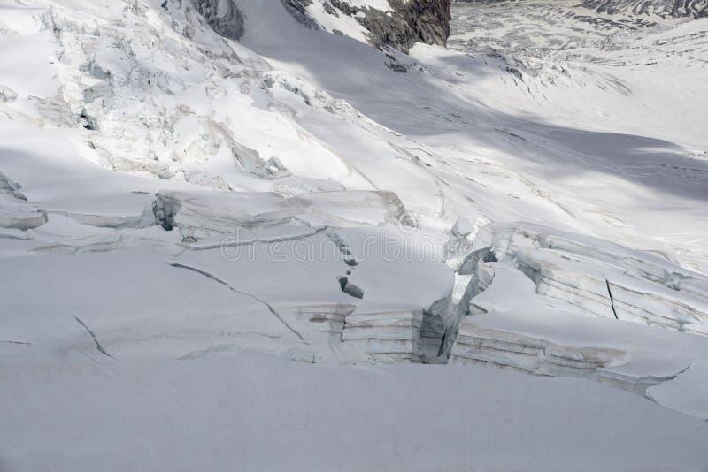 Lodowów seracs w śnieżnym polu w Mont Blanc a i crevasses obraz stock