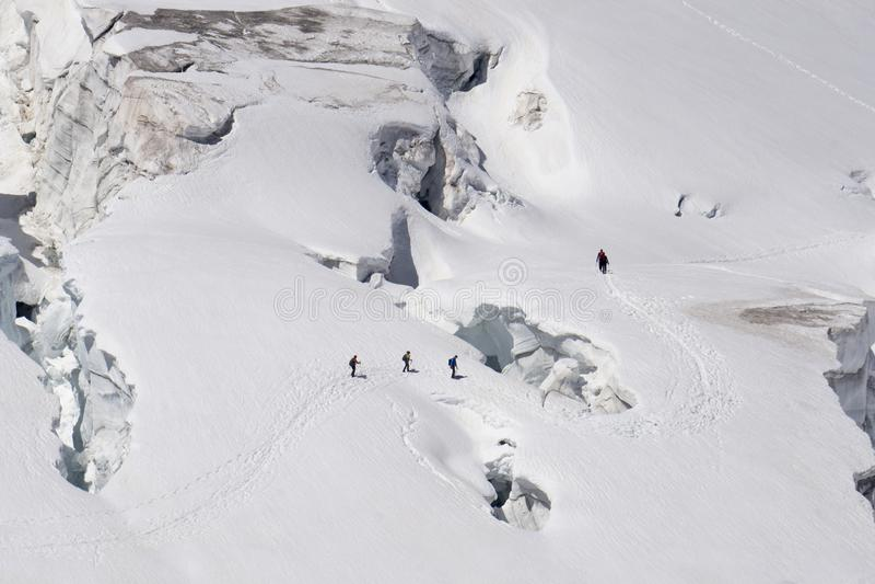Lodowów seracs w śnieżnym polu w Mont Blanc a i crevasses obraz royalty free