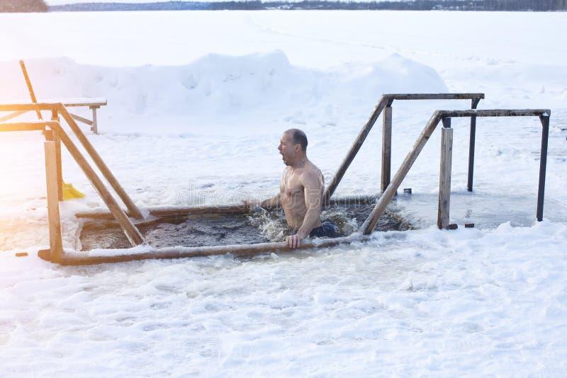 Lodowa dziura na jeziorze Mężczyzna kąpać w lodowej wodzie zdjęcia stock
