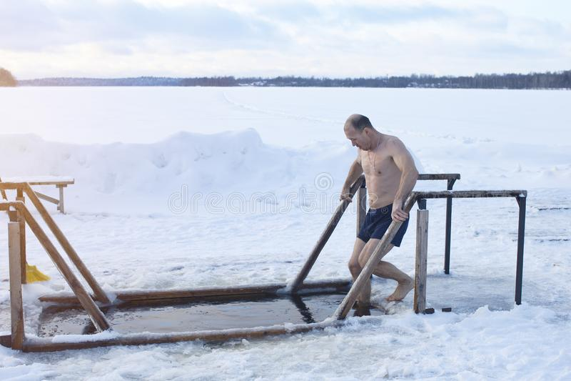Lodowa dziura na jeziorze Mężczyzna kąpać w lodowej wodzie obrazy stock