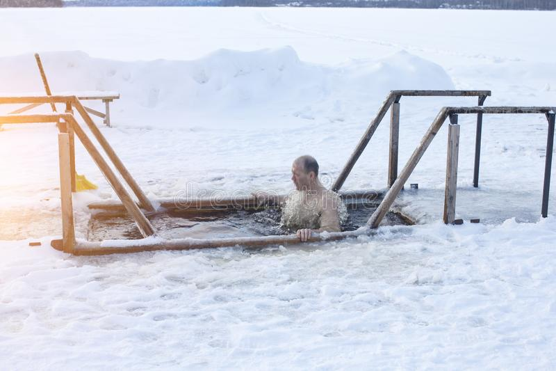 Lodowa dziura na jeziorze Mężczyzna kąpać w lodowej wodzie zdjęcie stock