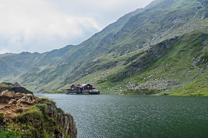 Lodowa jezioro dzwonił Balea Balea Lac na Transfagarasan zdjęcie stock