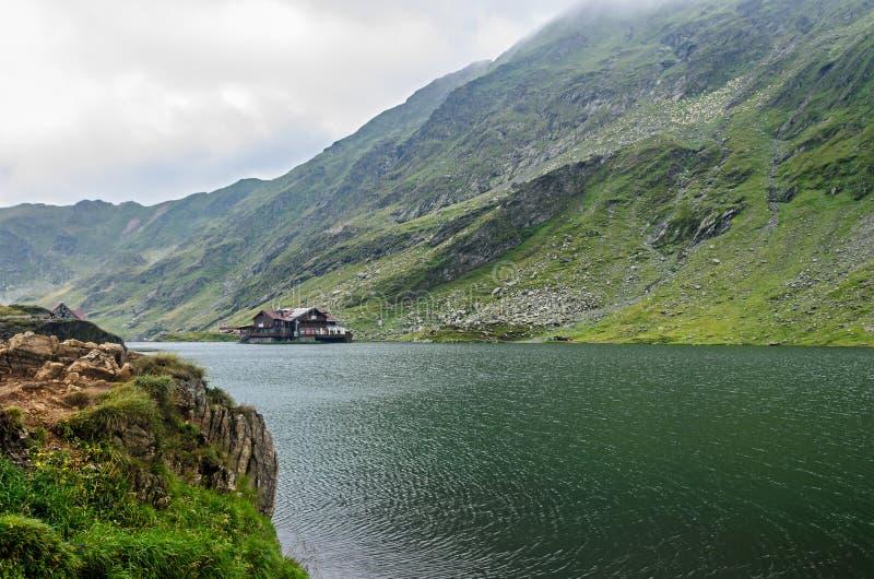 Lodowa jezioro dzwonił Balea Balea Lac na Transfagarasan fotografia stock