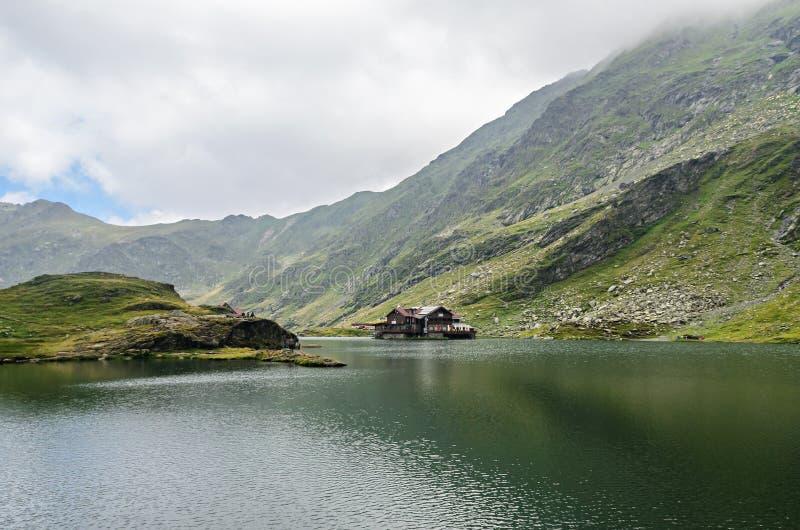 Lodowa jezioro dzwonił Balea Balea Lac na Transfagarasan obrazy stock