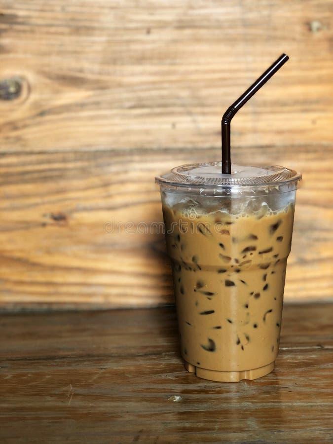 Lodowa kawa w plastikowej filiżance i brown tubce zdjęcie royalty free