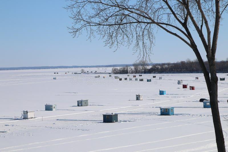 Lodowa połów chałupa na jeziorze obrazy stock