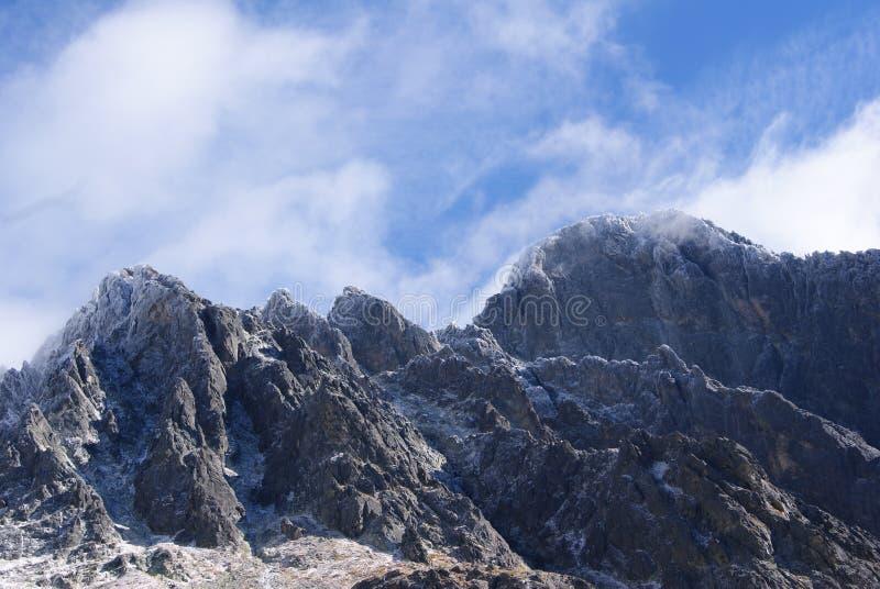 Lodowate góry w chmurnym niebie fotografia stock