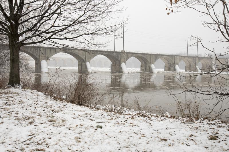 Lodowaty most na Susquehanna rzece w Harrisburg, PA zdjęcie stock