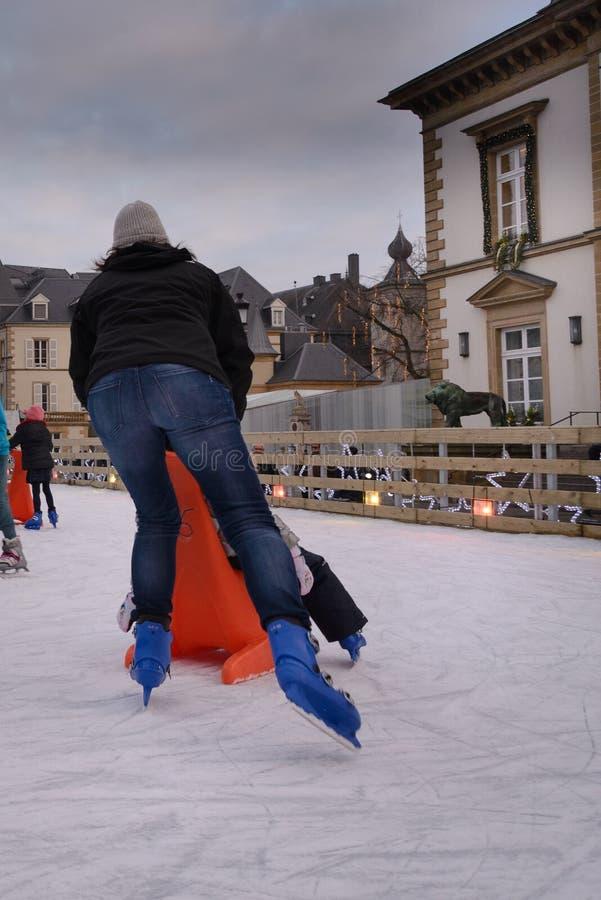 Lodowe łyżwiarki, Bożenarodzeniowy pejzaż miejski w Luksemburg mieście, Europa fotografia royalty free