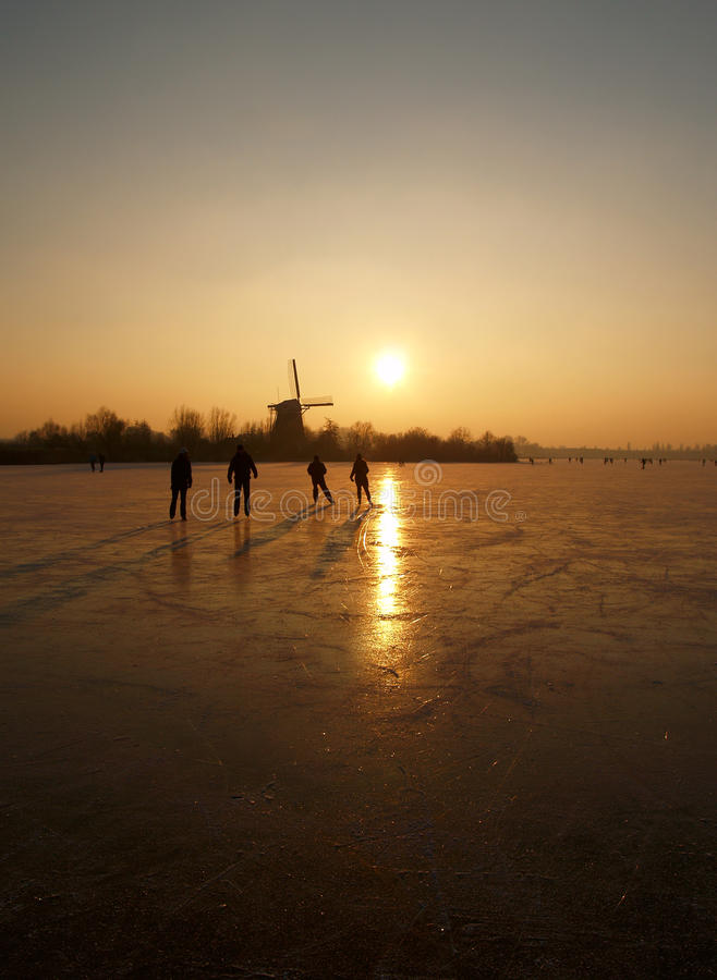 Lodowe łyżwiarki na zamarzniętym jeziorze w Rotterdam holandie obraz royalty free