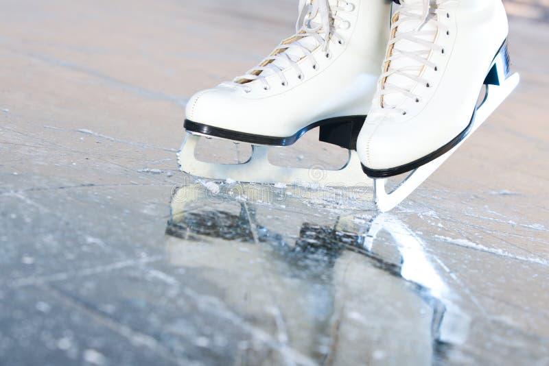 lodowe naturalne łyżwy przechylali wersję zdjęcia stock