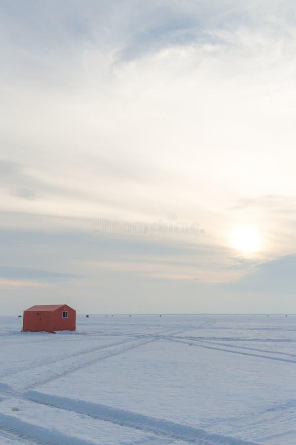 Lodowe połów budy na zamarzniętym jeziorze w Ontario przy zmierzchem zdjęcie stock