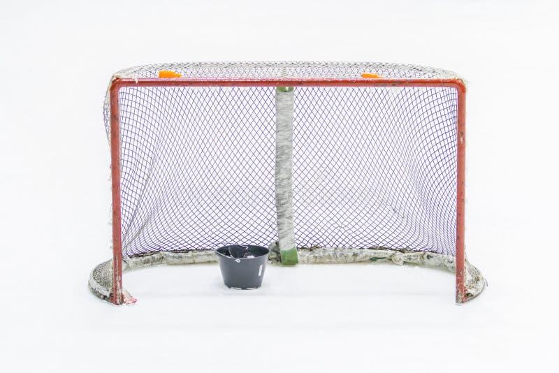 Lodowego hokeja sieć z krążkiem hokojowym zdjęcie royalty free