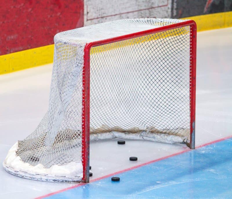Lodowego hokeja sieć z krążkiem hokojowym obraz royalty free
