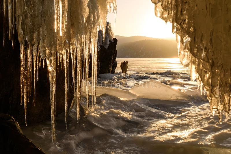 Lodowej jamy słońca gór wschód słońca sople jeziorni fotografia stock