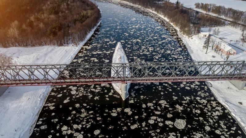 Lodowi floes unosi się na rzece Ptasi ` s oka widok obrazy royalty free