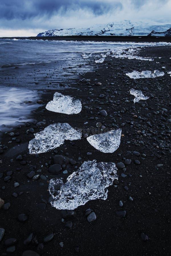 Lodowi kawały na czarnym piaska ` lodzie Wyrzucać na brzeg `, Iceland fotografia stock