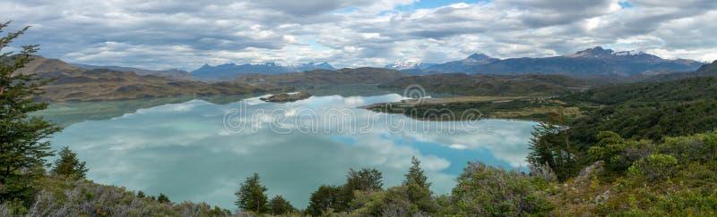 Lodowiec góry i jeziora odbicie obraz stock