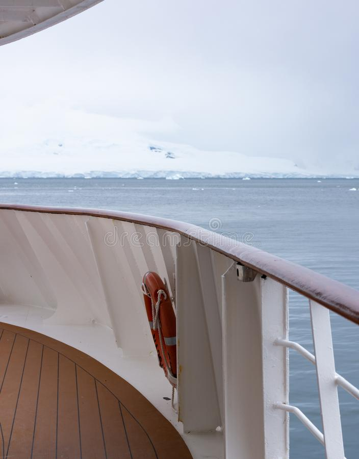 Lodowiec na Antarctica z statku pokładem w przedpolu fotografia royalty free
