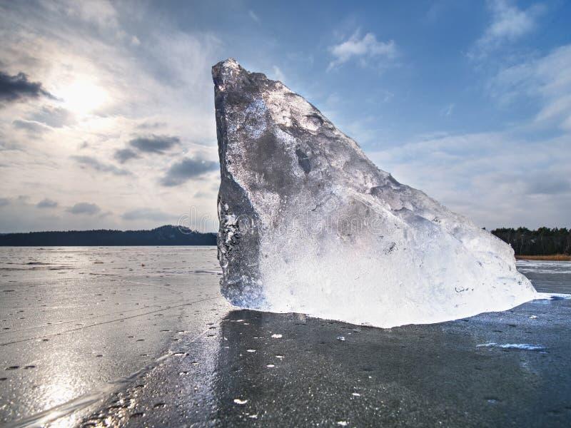 Lodowy łamanie w czystej naturze Widok nad zamarzniętym wodnym jeziorem z zmierzchem obrazy royalty free