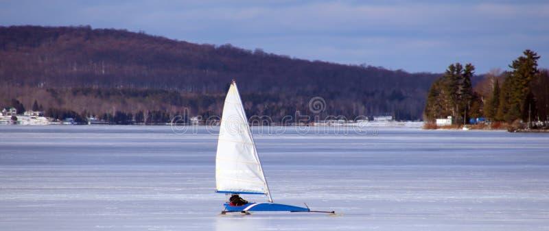 Lodowy żeglowanie wewnątrz marznął jezioro w północnym Michigan podczas zimy zdjęcie stock