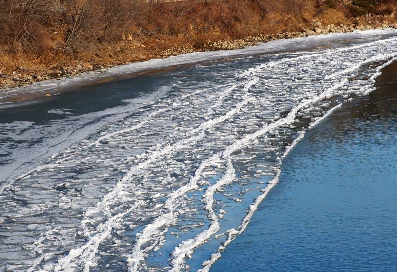 Lodowy Buildup Na brzeg rzeka W jesieni obraz royalty free
