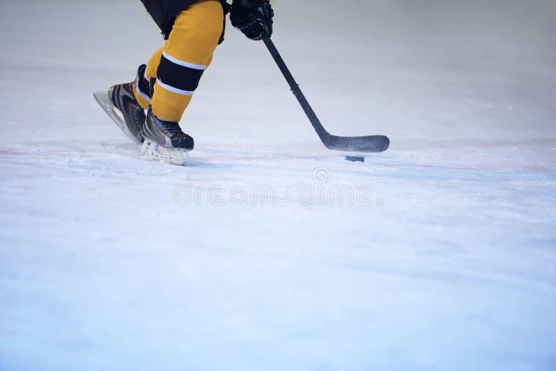 Lodowy gracz w hokeja w akci obraz royalty free