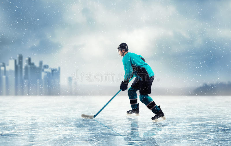 Lodowy gracz w hokeja w akci na zamarzniętym jeziorze zdjęcia royalty free