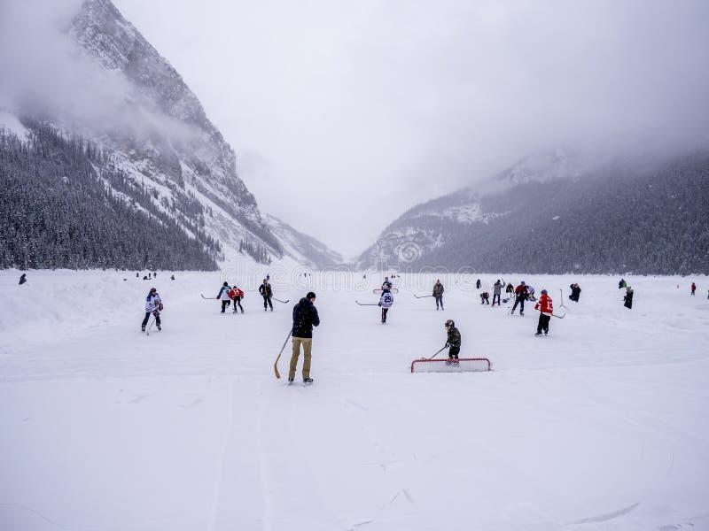 Lodowy hokej na zamarzniętym Jeziornym Louise w Banff fotografia royalty free