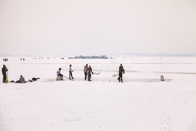 Lodowy hokej na zamarzniętym jeziorze fotografia royalty free