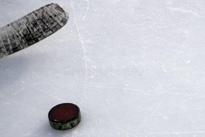 Lodowy hokejowy kij z białym krążkiem hokojowym i taśmą obraz stock