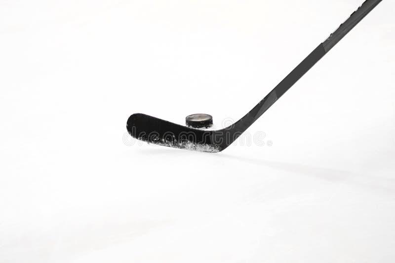 Lodowy hokejowy kij z krążkiem hokojowym zdjęcia royalty free