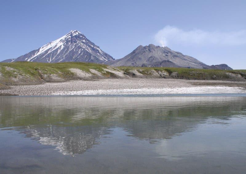 Lodowy jezioro przy stopą volcanoes zdjęcia stock