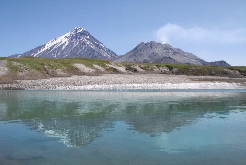 Lodowy jezioro przy wulkanem fotografia stock
