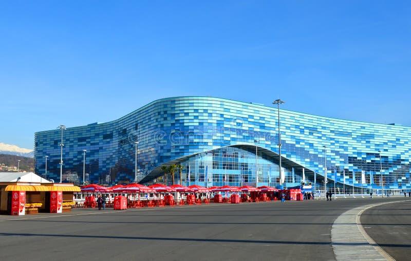 Lodowy lodowisko dla łyżwiarstwo figurowe góry lodowa w Olimpijskim parku, Sochi zdjęcie stock