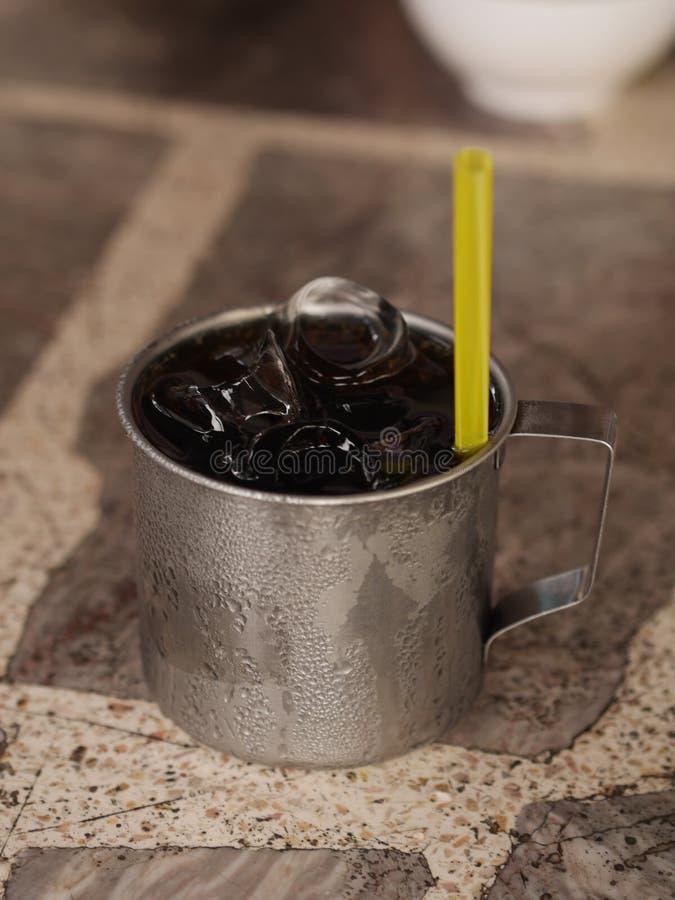 Lodowy nierdzewny Dodaje wodę Stawiającą dalej stołowa Żółta tubka zdjęcie royalty free