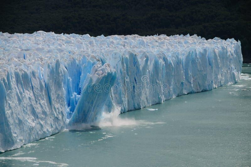 Lodowy ocielenie przy Perito Moreno lodowem zdjęcia stock
