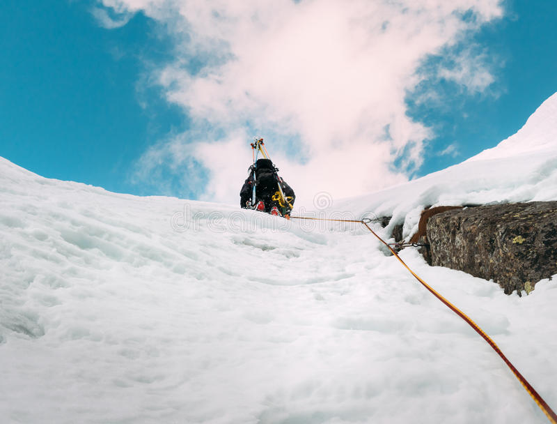 Lodowy pięcie: alpinista na mieszanej trasie śniegu i skały duri obraz royalty free