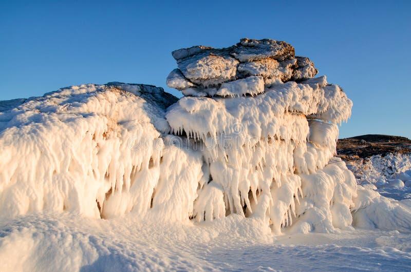 Lodowy smok od zamarzniętej skały, fantastyczny zima krajobraz, zbliżenie obrazy stock