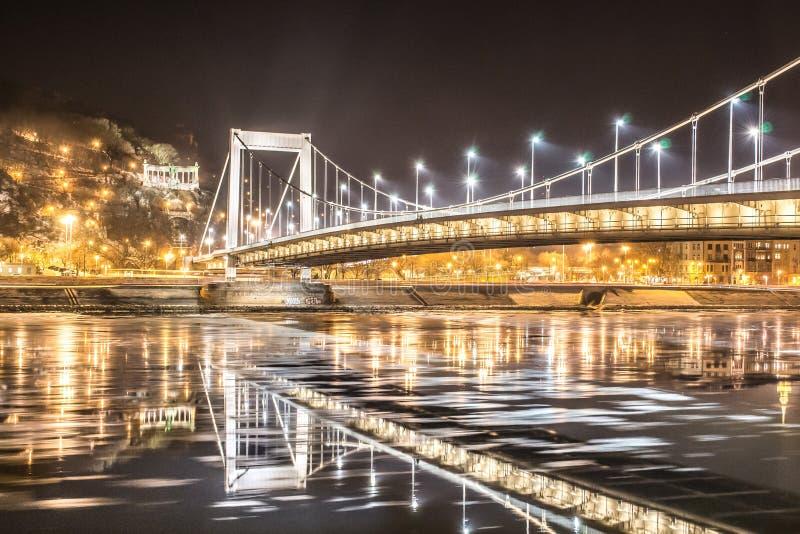 Lodowy spływanie pod Elisabeth mostem w Budapest fotografia stock
