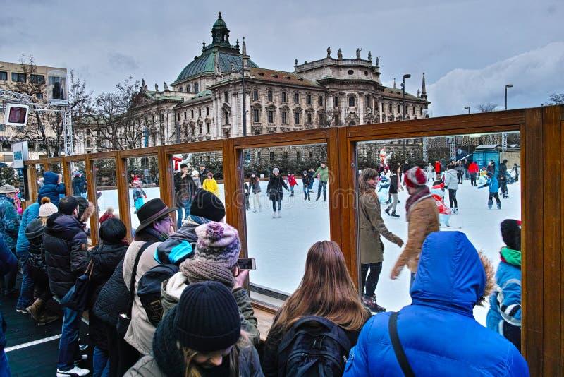 Lodowych łyżwiarek rodzinna zabawa przy Bożenarodzeniowym jarmarkiem obrazy royalty free