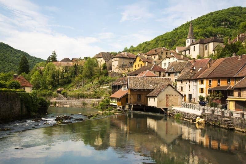 Lods wenig Dorf im Tal von loue stockfotografie