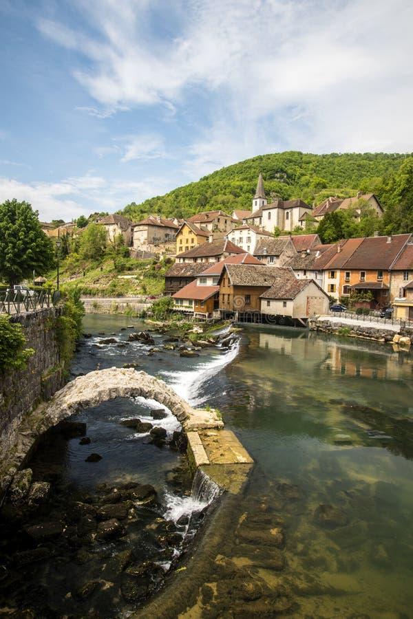 Lods wenig Dorf im Tal von loue stockfoto
