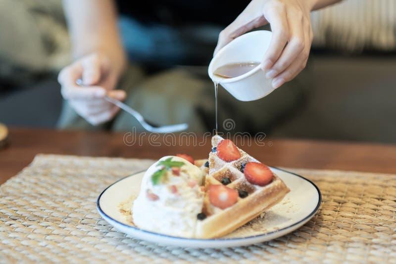 Lody truskawki gofr zdjęcie royalty free