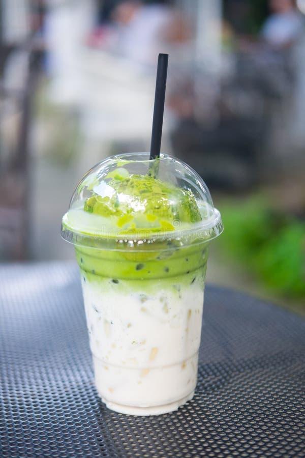 Lody zielonej herbaty pławik na świeżym mleku w plastikowym szkle fotografia royalty free