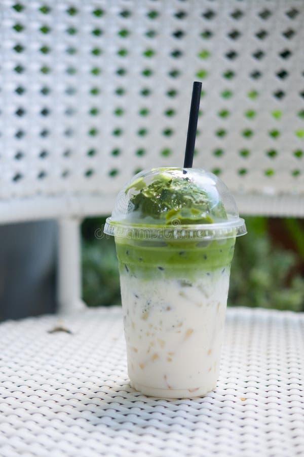 Lody zielonej herbaty pławik na świeżym mleku w plastikowym szkle zdjęcie royalty free