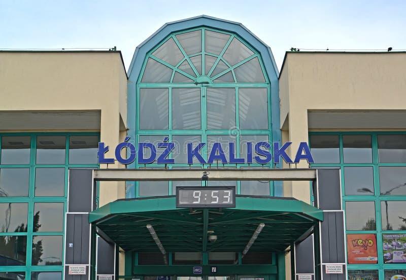 Lodz, Poland Um nome do sinal na construção da estação de trem da estação de Lodz-Kalisky imagem de stock