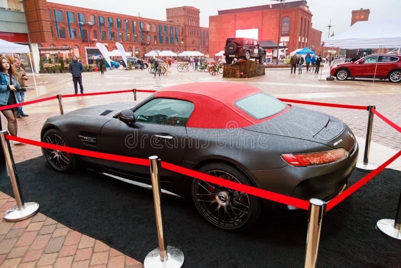 LODZ, POLONIA - 16 DE SEPTIEMBRE DE 2017: Exposición del coche de Mercedes-AMG GT C en el manufaktura del centro de la tienda foto de archivo