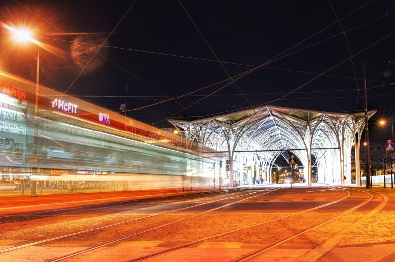 Lodz, Polonia, il 21 aprile 2019 - vista della fermata del tram di notte, luci del tram fotografia stock
